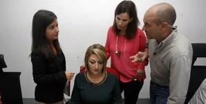 Joana Domingos Sá, coordenadora do programa, e Vânia Pacheco, produtora, em reunião com os apresentadores