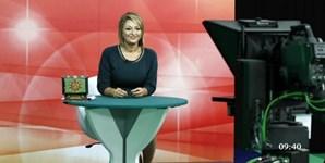 Maya deita as cartas na mesa a um telespectador