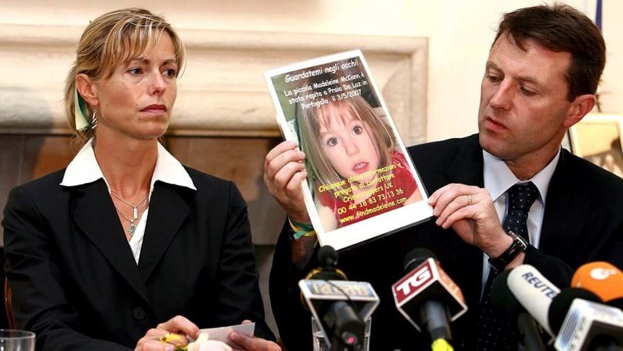 O casal McCann com uma fotografia Maddie, que desapareceu em 2007