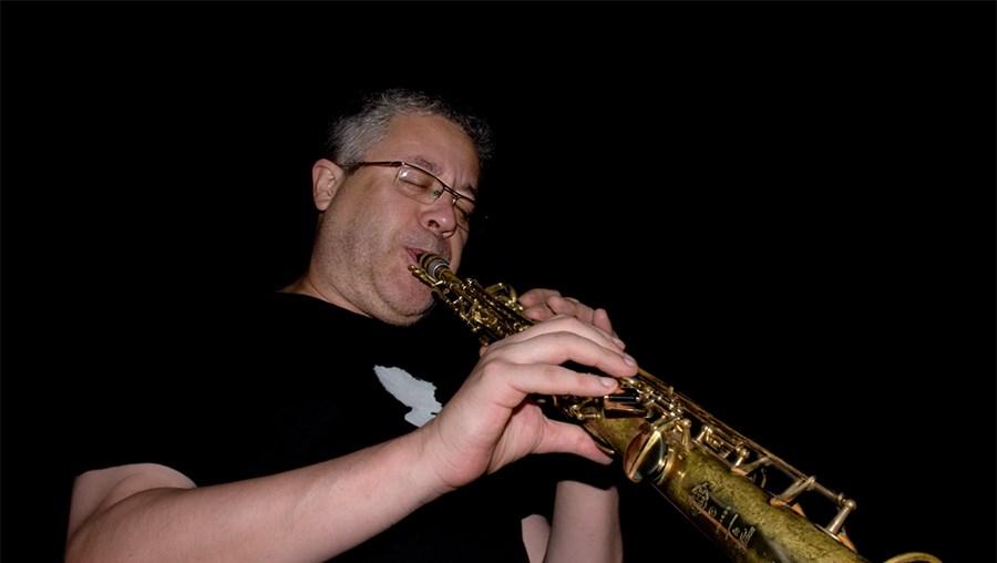 O músico toca durante uma actuação