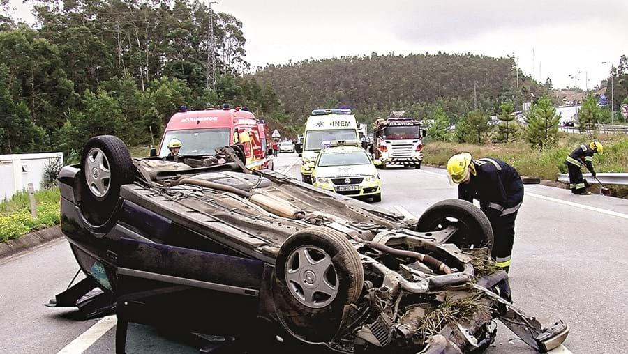 Acidente começou com o despiste e capotamento de um dos três carros envolvidos