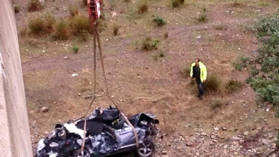Mercedes CLS saltou de viaduto e ficou irreconhecível