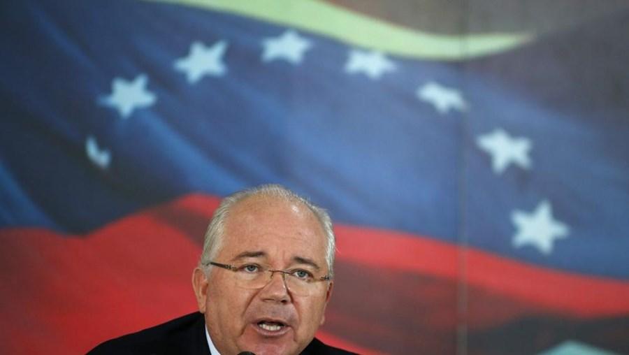 Rafael Ramírez, ministro das Relações Exteriores do governo venezuelano, discursa durante uma conferência em Caracas