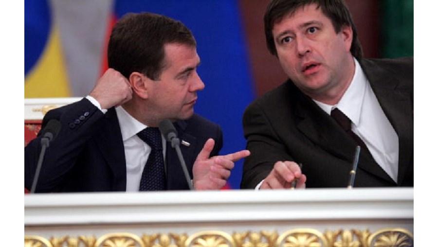 O ministro da Justiça, à direita, ao lado do presidente russo, Dmitry Medvedev, abriu um processo para dissolver o grupo Memorial