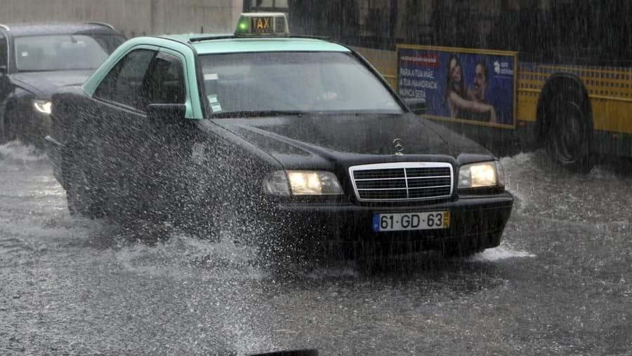 IPMA recomenda que os condutores tenham cuidado com as fortes chuvas