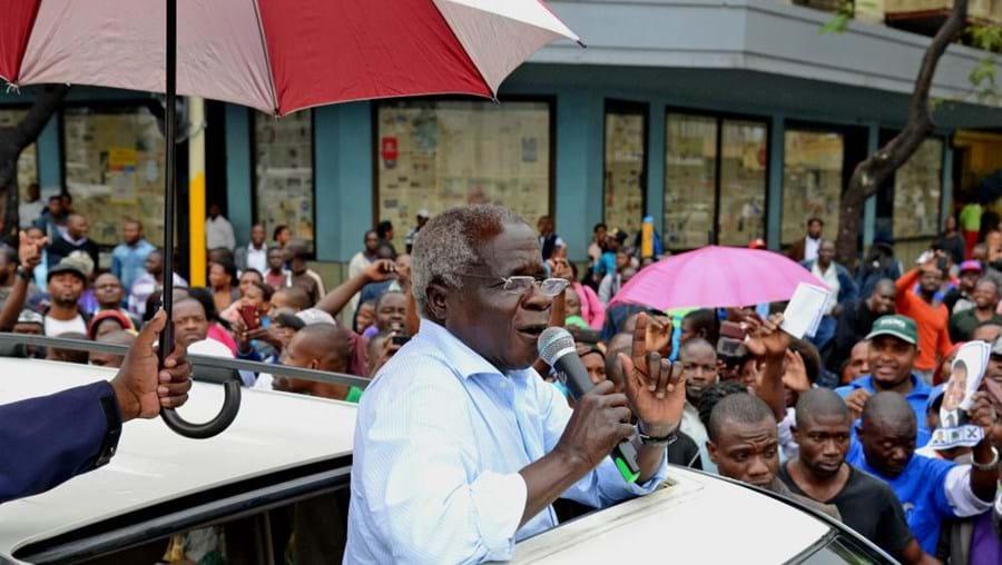 O presidente da Renamo, Afonso Dhlakama, discursa para a população durante um comício de campanha