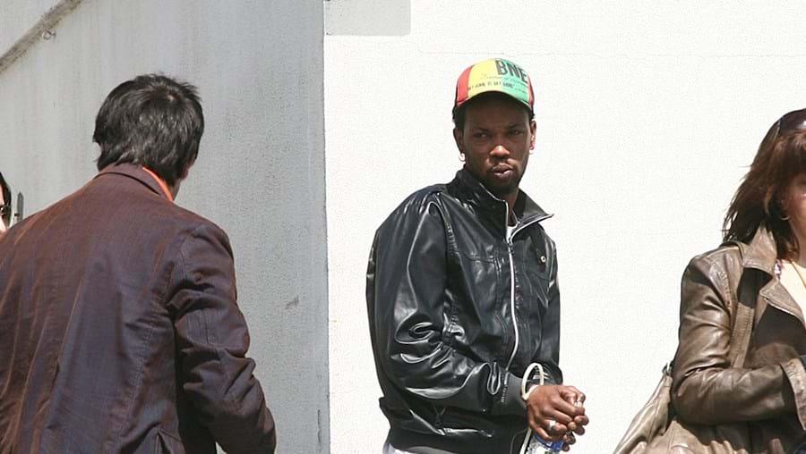 Suspeito (ao centro) foi interrogado pelos inspetores da PJ