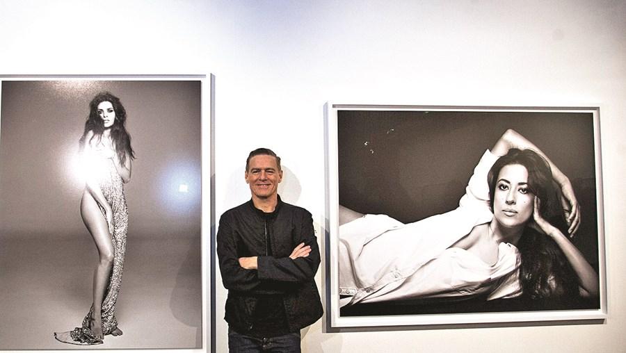 Bryan Adams posa junto dos retratos de Cuca Roseta e Ana Moura