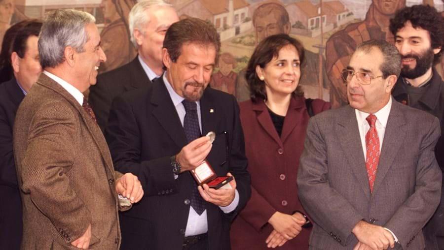 Gilberto Madaíl (ao centro) na apresentação das moedas comemorativas do Euro 2004