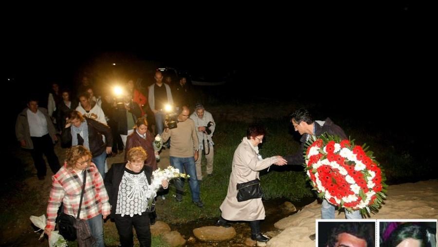 Mariana Barroso (na foto de gabardine clara) acusa João Gouveia (foto peq.) de maltratar a filha. Familiares voltaram ao Meco em homenagem
