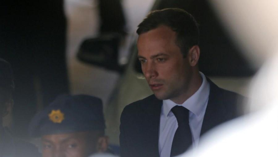 Tio de Oscar Pistorius leu breve comunicado diante do tribunal em Pretória