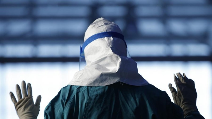 Enfermeira norte-americana treina protocolo de segurança contra o vírus