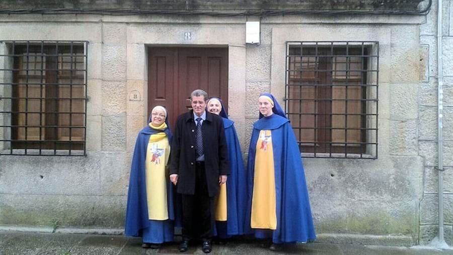 Miguel Rosendo, 54 anos, com religiosas da Ordem de San Miguel