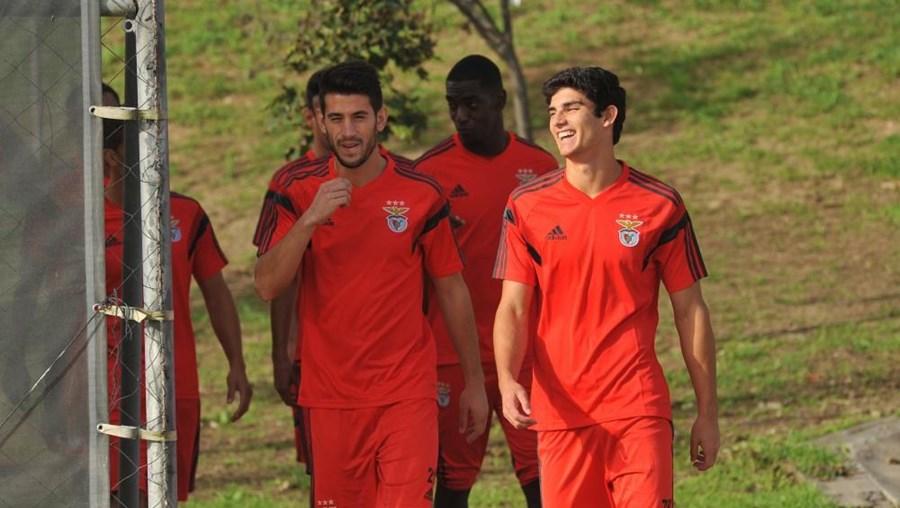 Gonçalo Guedes, à direita, tem motivos para sorrir. O jogador consta das opções de Jorge Jesus