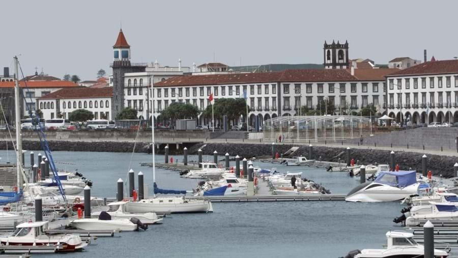 A ilha de São Miguel, na imagem a cidade de Ponta Delgada, está sob aviso amarelo até às 19h00 desta quarta-feira