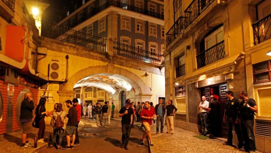 Os bares do Bairro Alto, do Cais do Sodré, da Bica e de Santos devem passar a encerrar todos à mesma hora