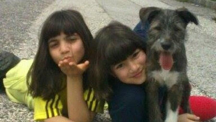 Duas das filhas de Sandra Barreto com a cadela Luna