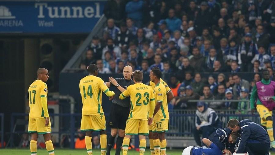 Sergei Karasev marca falta de Maurício sobre um jogador do Schalke 04, antes de mostrar o cartão vermelho ao jogador leonino