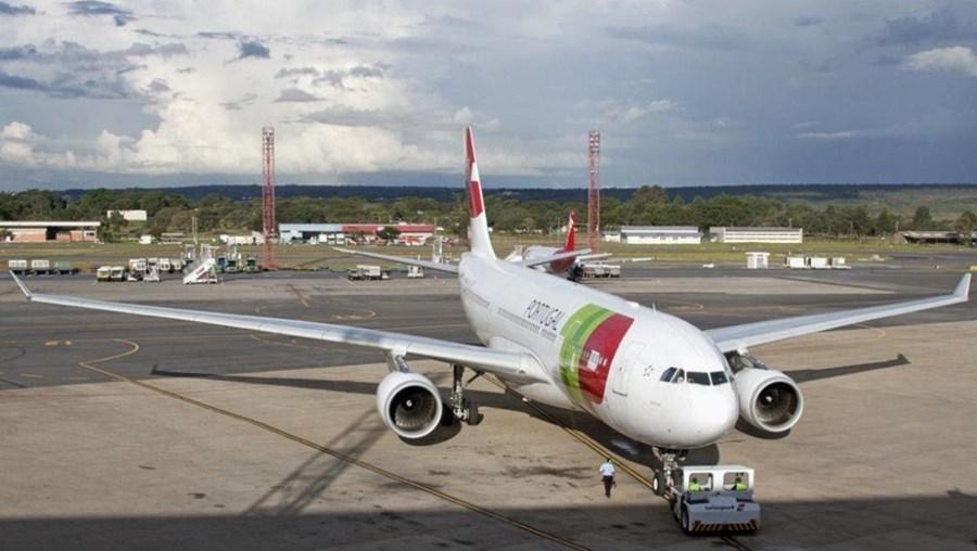 Avião da TAP na pista do aeroporto de Brasília, Brasil
