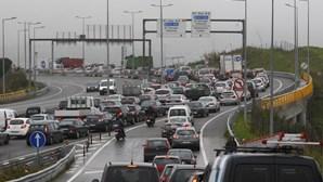 Acidente com cinco carros no Eixo Norte-Sul em Lisboa 'entope' Túnel do Grilo e os acessos de Odivelas e Loures