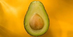 O abacate é uma autêntica 'superfruta': acelera o metabolismo, protege as células do dano dos radicais livres, reduz o colesterol, reduz o risco de doenças cardíacas e de AVC, ajuda à cicatrização e fortifica o cabelo. Ao natural, com uma pitada de sal, numa salada fresca de espinafres ou num delicioso batido, com leite de coco e canela, o abacate vai fazer maravilhas pela sua forma