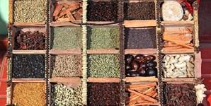 Qualquer especiaria vai ajudá-lo a perder calorias. Como? Para além de conferirem mais sabor aos cozinhados, reduzindo a adição de sal, as especiarias não possuem calorias. Canela, pimentas (preta, rosa, da Jamaica, caiena), caril, noz-moscada e anis são algumas das especiarias que pode adicionar aos seus pratos para um sabor mais exótico