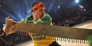 Um dos participantes do 'Stihl Timbersports Championship' no Olympia Hall, na Áustria