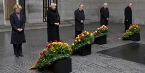 Presidente alemão (no centro) e outros políticos, na cerimónia do 'Dia da Lembrança', na Alemanha
