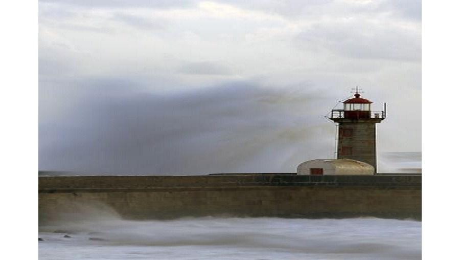 Forte agitação marítima leva ao fecho de barras