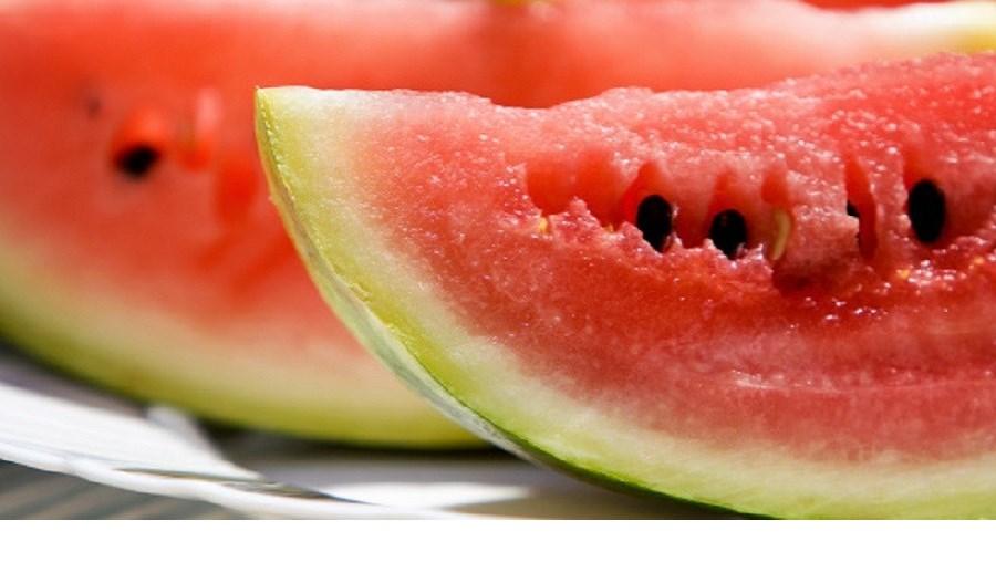 A melancia contém o fito nutriente citrulina, que causa um pico de ácido nítrico no corpo. Esse pico relaxa os vasos sanguíneos e acelera a circulação. O resultado: vai ficar excitado mais rapidamente