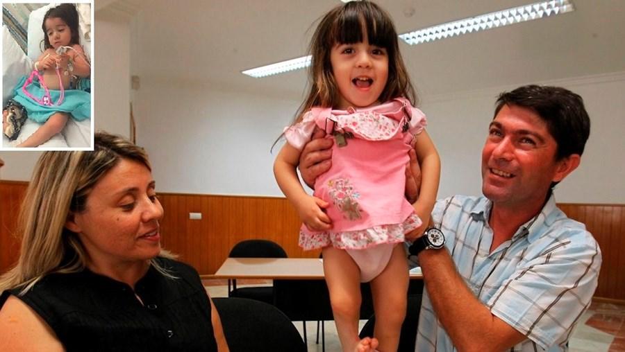 Os pais de Miriam Aleixo antes da primeira cirurgia.  A menina, do Cacém (Sintra), é medicada com morfina