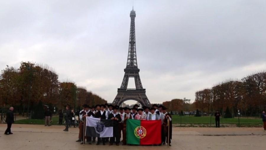 Alentejanos cantam junto à Torre Eiffel, em Paris, França