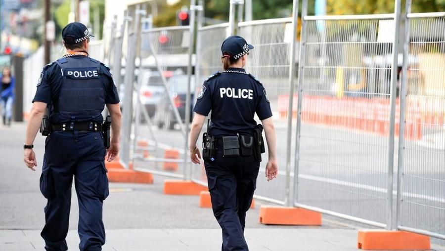 A polícia informou, mais tarde, que o homem sofre de demência e que era procurado