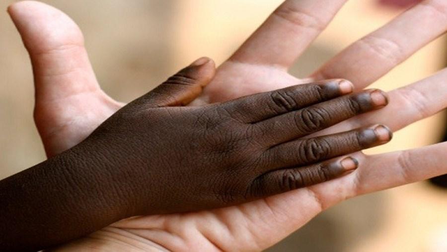 Sara Vicente ajuda crianças moçambicanas