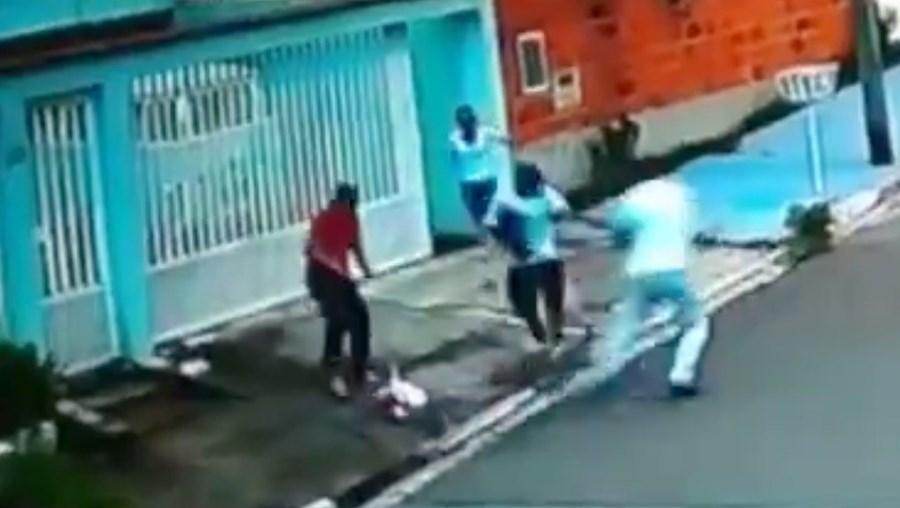 Na imagem, captada por uma câmara de vigilância, é possível ver a bebé já caída no chão