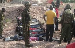 Militares quenianos junto dos corpos das vítimas no ataque dos Somalis à cidade de Korome, no Quénia