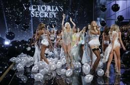 As anjos da Victoria's Secretet fazem a festa com algumas das criações que desfilaram na passerelle, naquele que é um dos maiores espetáculos no mundo da moda todos os anos