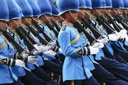 Membros da Guarda Real da Tailândia marcham nas comemorações do 87.º aniversário do rei Bhumibol Adulyadej, em Banguecoque