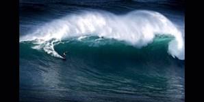 Ao longo dos anos, McNamara tem-se erguido na prancha em cima do mar da Nazaré na esperança de que a próxima onda seja sempre maior do que a anterior