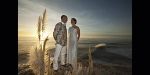 Em 2012, o surfista regressou à Nazaré, mas o seu maior feito não foi em cima da prancha. Subiu ao altar, junto ao farol da vila piscatória, para celebrar o casamento com Nicole Macias, com o mar como pano de fundo