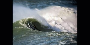 A 'direita' é o fenómeno formado pelo 'canhão' da Nazaré, que cria as fantásticas, e perigosas, ondas gigantes que se encontram na praia do Norte