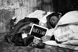 'Custa mais ser sem-abrigo à noite, é aí que somos olhados de lado. O sol nasce e aí somos todos iguais.' Queria ter sido professor
