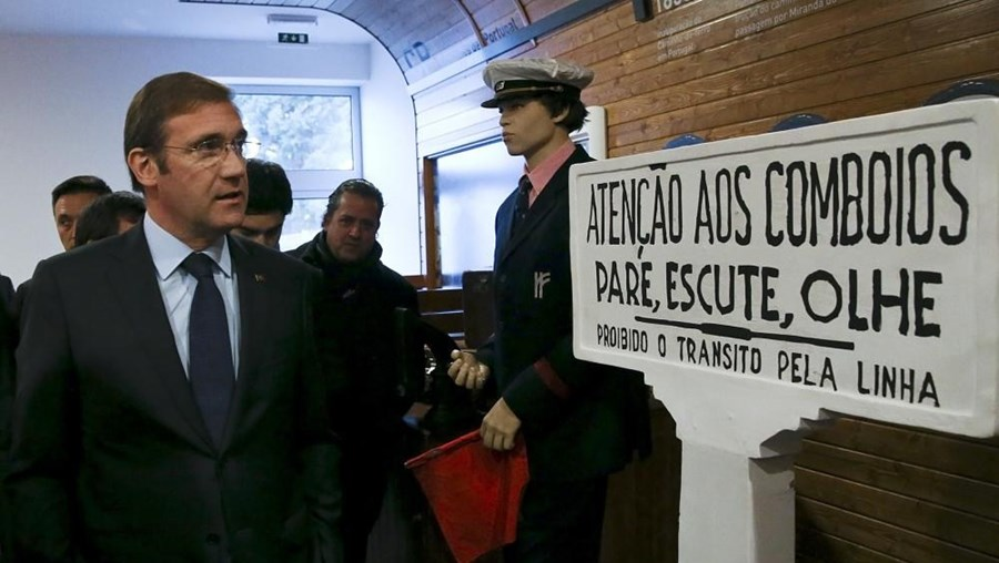 Primeiro-ministro observa recordações do Ramal da Lousã durante a visita ao Museu da Fundação ADFP, em Miranda do Corvo