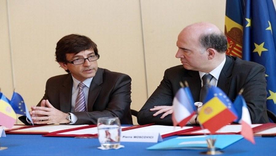 Anúncio feito pelo ministro das Finanças de Andorra, Jordi Cinca (à esq.)