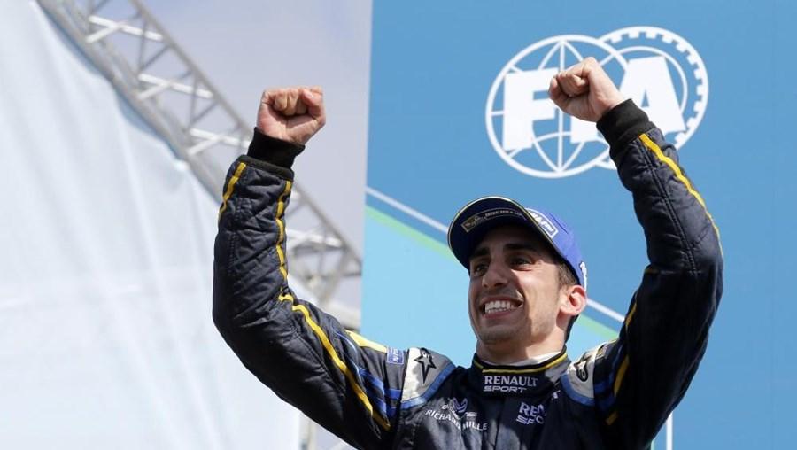 Piloto, de 26 anos, vai continuar a competir no Mundial de Resistência pela Toyota e também na recém-criada Fórmula E