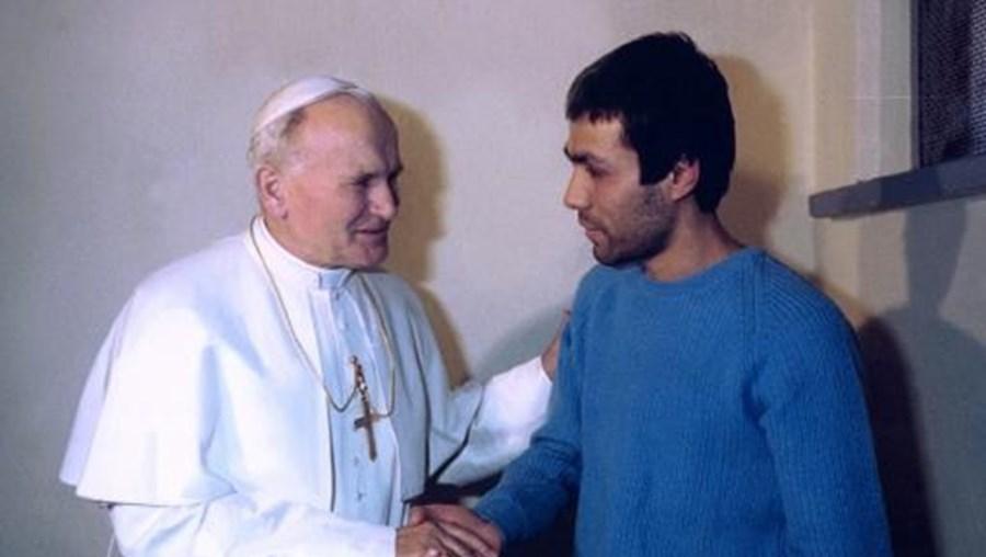 Papa João Paulo II cumprimenta homem que o tentou matar
