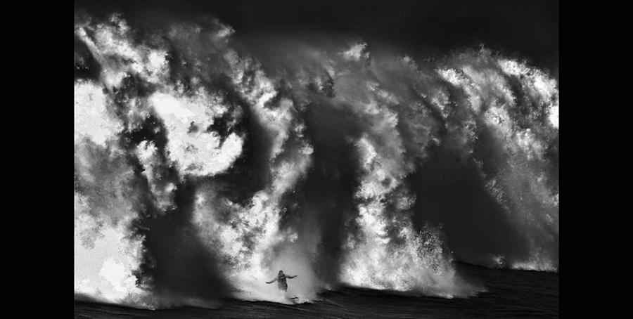 A foto que regista McNamara a sair da onda da praia do Norte, em 2011, foi mencionada nos Spider Awards 2012, o prémio internacional de fotografia a preto e branco