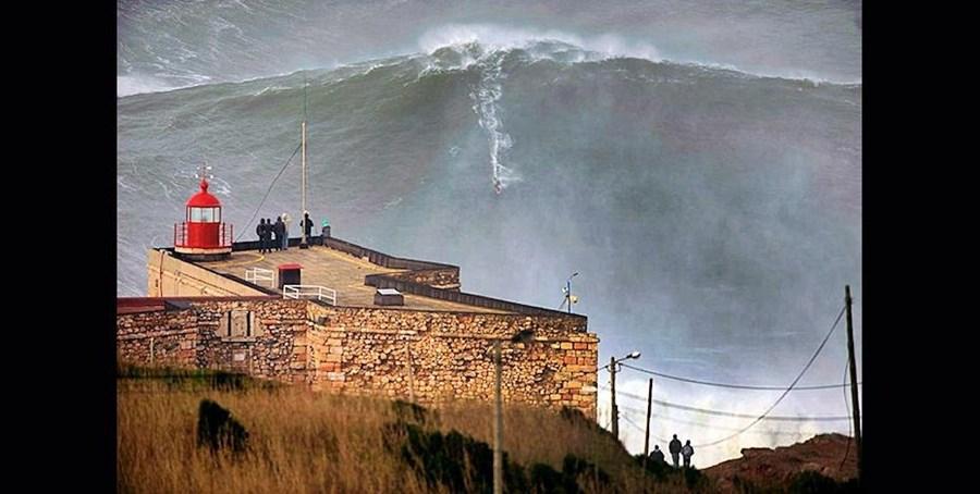 A mítica foto que valeu o recorde o Guinness do domínio da maior onda, na praia do Norte, junto ao farol da Nazaré. A 28 de janeiro de 2013, Garrett McNamara manteve-se em cima da prancha enquanto surfou uma onda superior a 30 metros