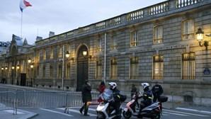 Mulher polícia atropelada em Paris