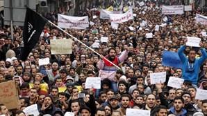 Muçulmanos em protesto contra caricaturas do Charlie Hebdo